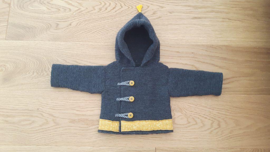 gilet tricot gris boutons jaunes